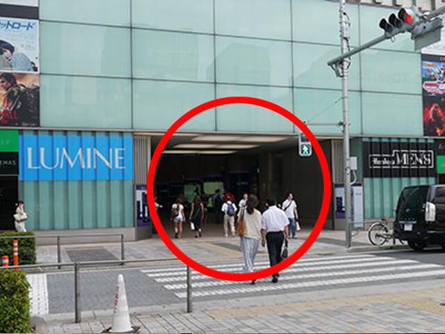「LUMINE(ルミネ)」と「阪急メンズ」の間の通路を{red}直進{/red}します。