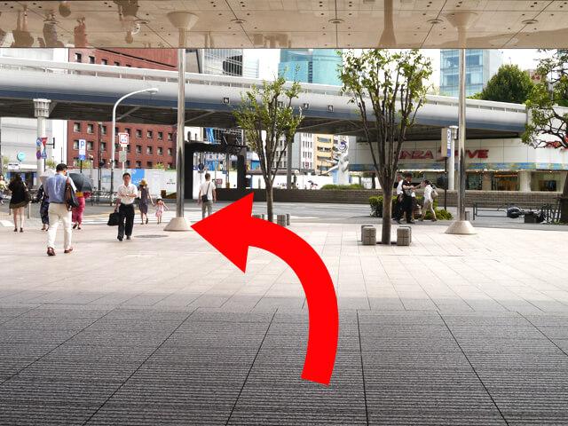 通路を抜け、前方の{red}晴海通り{/red}に沿って{red}左{/red}に進みます。