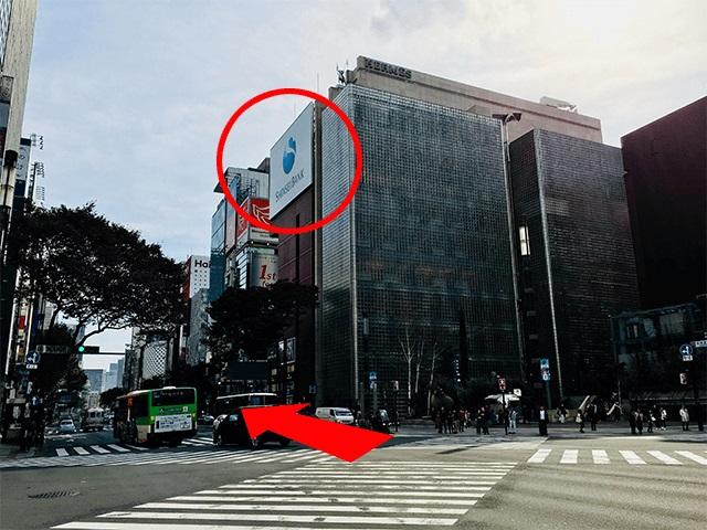 前方右に{red}ソニービル{/red}が見えます。 交差点を渡り、「ソニービル」方面へ向かいます。