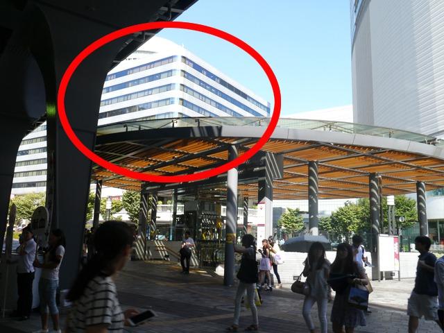 JR有楽町駅{red}中央口{/red}を出ると、左手に{red}「東京交通会館」{/red}があります。