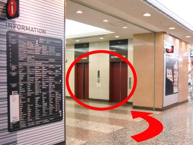 30mほど直進すると、{red}左手にエレベーターホール{/red}がありますので{red}6階{/red}に上ってください。