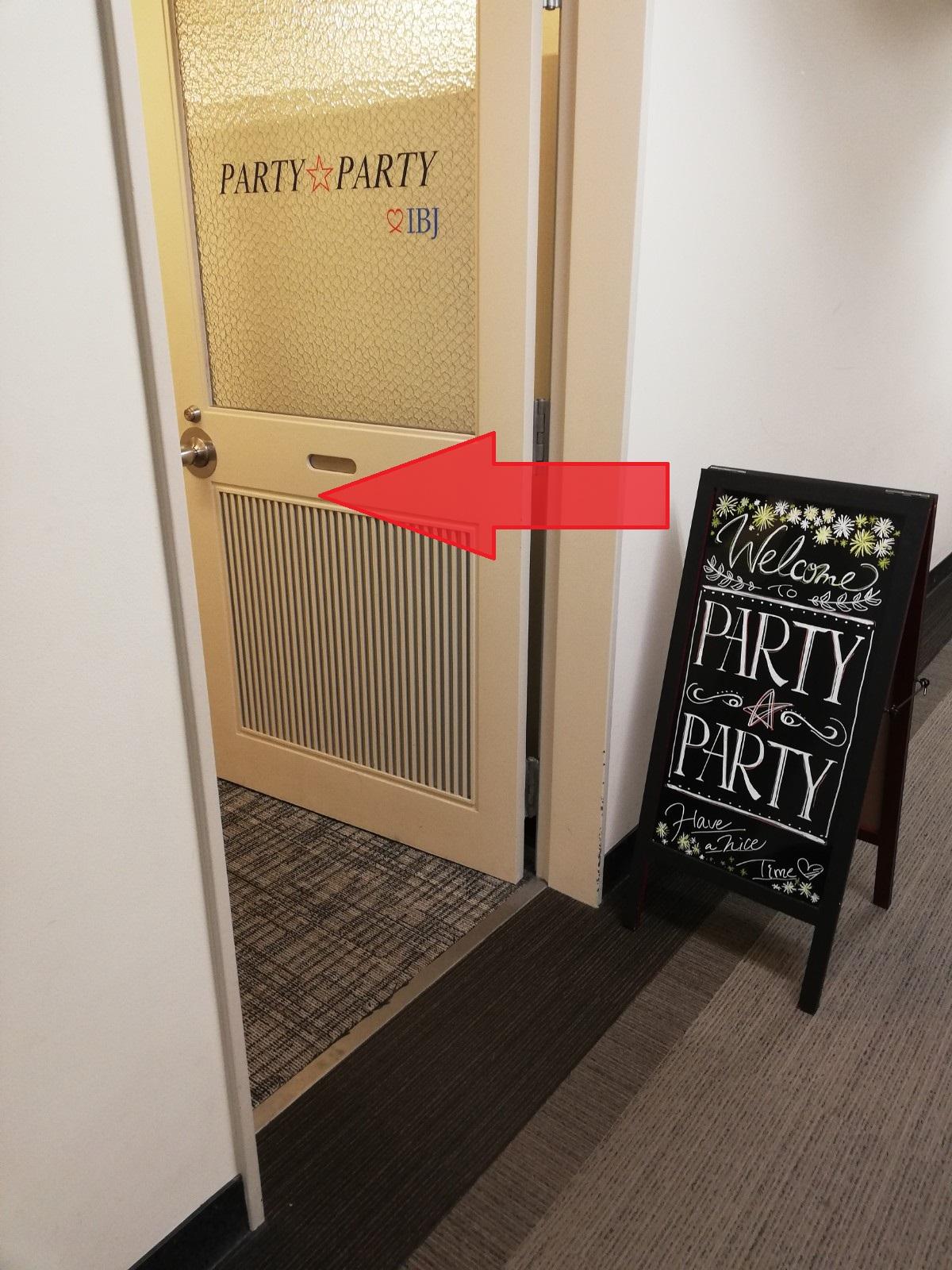 入り口に看板がありますので、そちらから入ってください。 ※2会場こざいます。 案内板に時間と会場の記載がございますので、当日会場にて入り口をご確認ください。