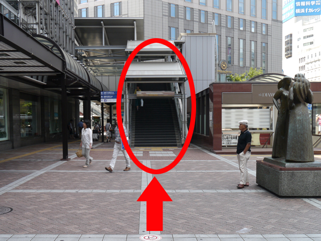 「高島屋」の正面に来たら、{red}右手の歩道橋{/red}を上ってください。