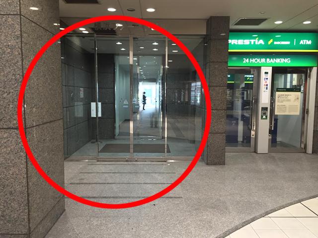奥に進むと、{red}左手に横浜ファーストビルの入り口{/red}があります。 「横浜ファーストビル」に入ると、{red}右手奥にエレベーター{/red}があるので、こちらを利用して{red}10階{/red}に上ってください。