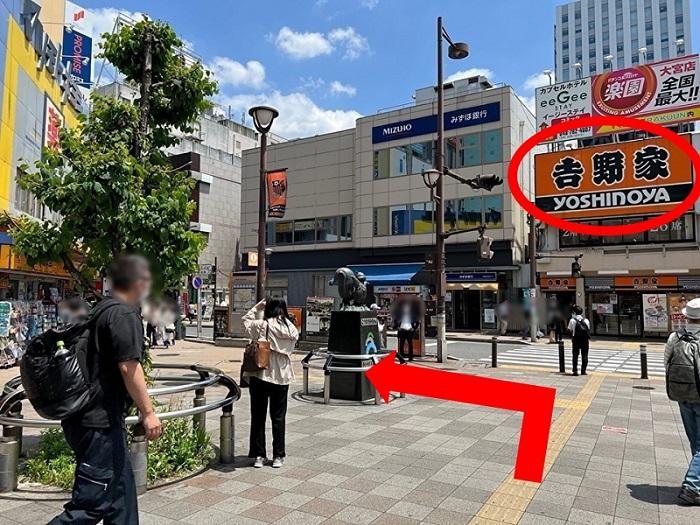西口を出ると歩行者デッキ(2階)があり、左手奥に{red}「そごう大宮」{/red}が見えます。