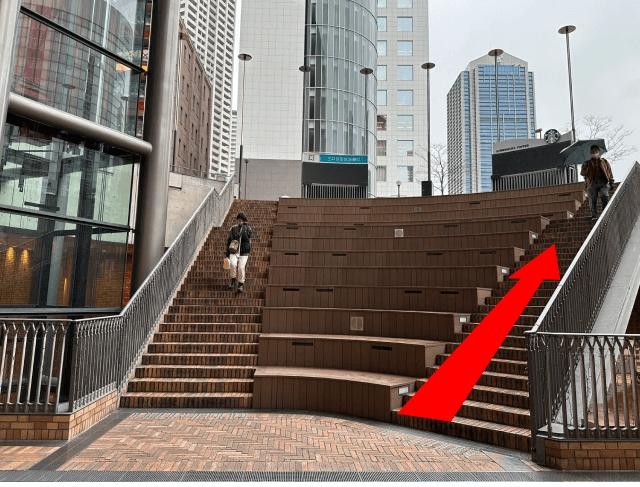 「神戸国際会館」前に到着します。信号を渡った通りの向かい側が{red}会場の入った「井門三宮ビル」{/red}です。