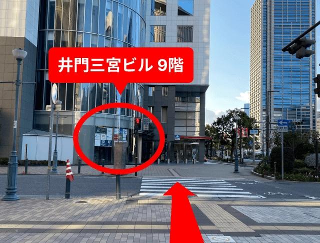 20メートルほど直進し、{red}「神戸市役所・三宮駐車場」の標識で左に曲がって{/red}ください。