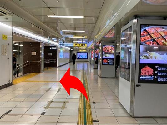 「7番出口」から地上に出たら、右手に{red}「三菱東京UFJ銀行」{/red}の入った {red}「メルサ」{/red}を見て{red}大津通りを直進{/red}してください。
