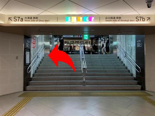 左側の入口、又は右側のエスカレーターで2階へ上り、 {red}6階{/red}へお越し下さい。 エレベーターを降りて、{red}左側に会場{/red}です。