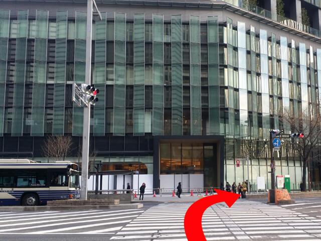 {red}大名古屋ビルヂング前の信号{/red}を渡って、{red}右に進んで{/red}ください。