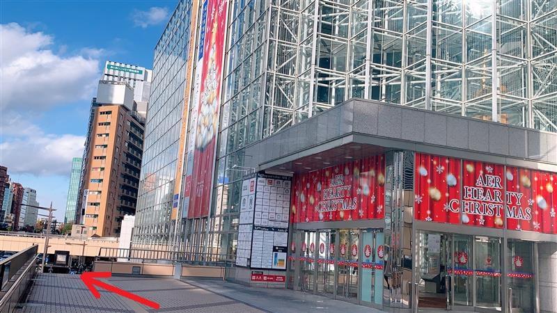 歩行者デッキ(2階)の{red}「仙台PARCO」{/red}を通過して先にある{red}「AER」ビル{/red} 17階になります。
