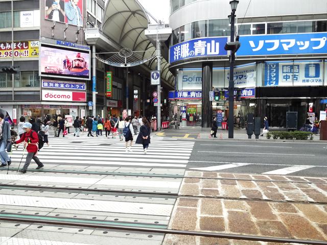 本通駅より横断歩道に出て、{red}洋服の青山{/red}のある方面に進みます。
