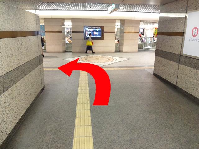 突き当りの円形広場を{red}左折{/red}してください。