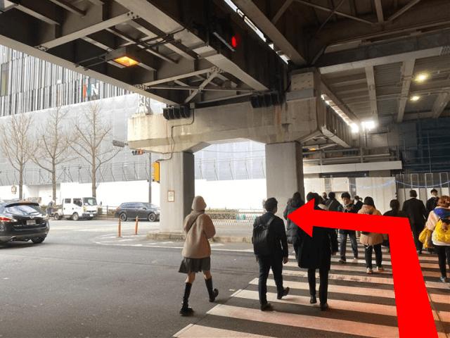 直進したら{red}横断歩道を渡って左{/red}に曲がってください。 曲がって50m程直進すると{red}「ヒルトンプラザウエスト」{/red}が見えてきます。