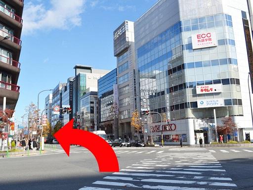 直進した先に交差点があります。京都タワービルを左手に、 {red}「ECC」のビルに向かって{/red}交差点を渡ってください。