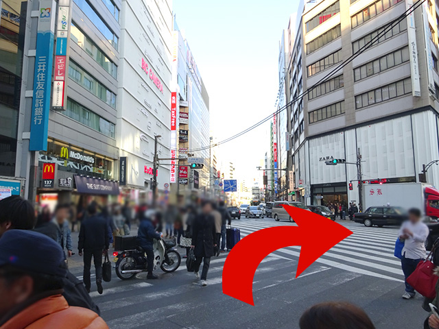 正面に見える{red}ビッグカメラの手前の交差点{/red}を、ヤマダ電機の方面に渡ってください。