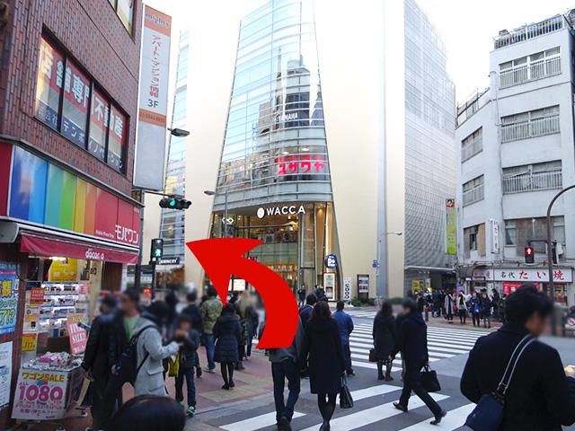 突き当りの{red}道路の手前で左折{/red}してください。