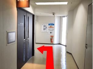 紫の{red}エレベーターで9階{/red}までお越しください。