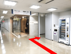 9階エレベーターを降りたら{red}正面に「TBC{/red}」が見えるので、 TBCを正面にして右へ。