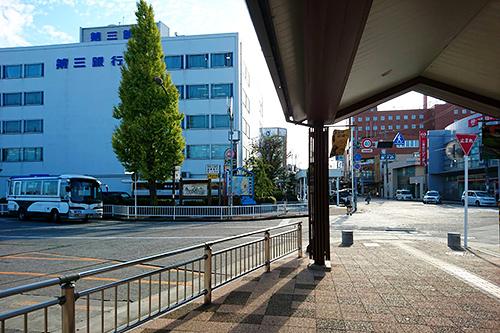 松阪駅南口(JR側出口)を出てすぐ、「第三銀行」側へ横断歩道を渡ります。