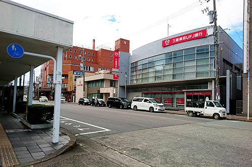 横断歩道を渡りますと、右手に赤い看板の「三菱東京UFJ銀行」が見えてきます。 そのまま右手に「三菱東京UFJ銀行」、松阪駅を背にしてまっすぐ進みます。