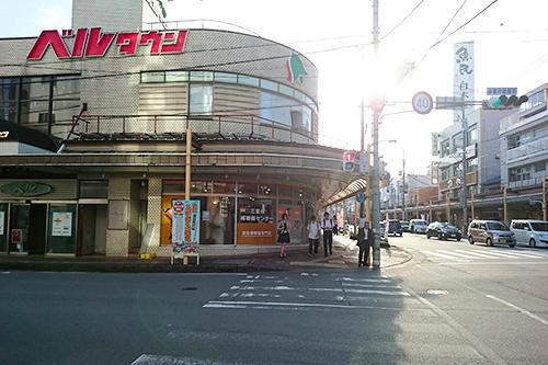 ベルタウンの商店街アーケードへ進みます。 しばらくそのまま松阪駅を背にしたまま真っすぐ進みます。