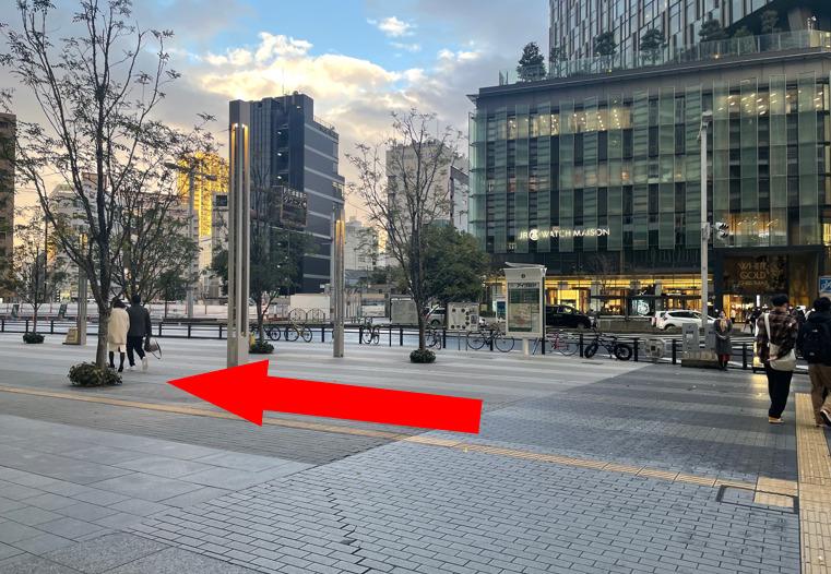 市バスのバス停を右手にして頂いてお進みください。