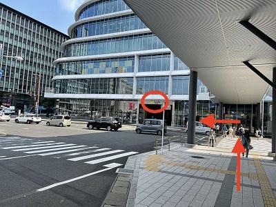 ②横断歩道を渡り左に進みます。