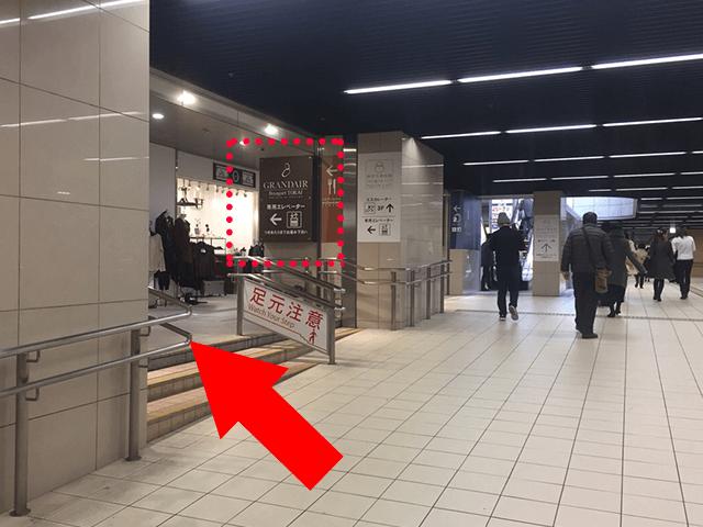 専用エレベーターの看板が正面に見えましたら、左手の階段を上がって下さい