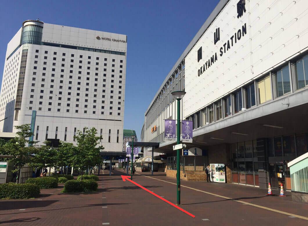 「ホテルグランヴィア」と駅建物の間を通り抜け、高架下を直進して下さい。
