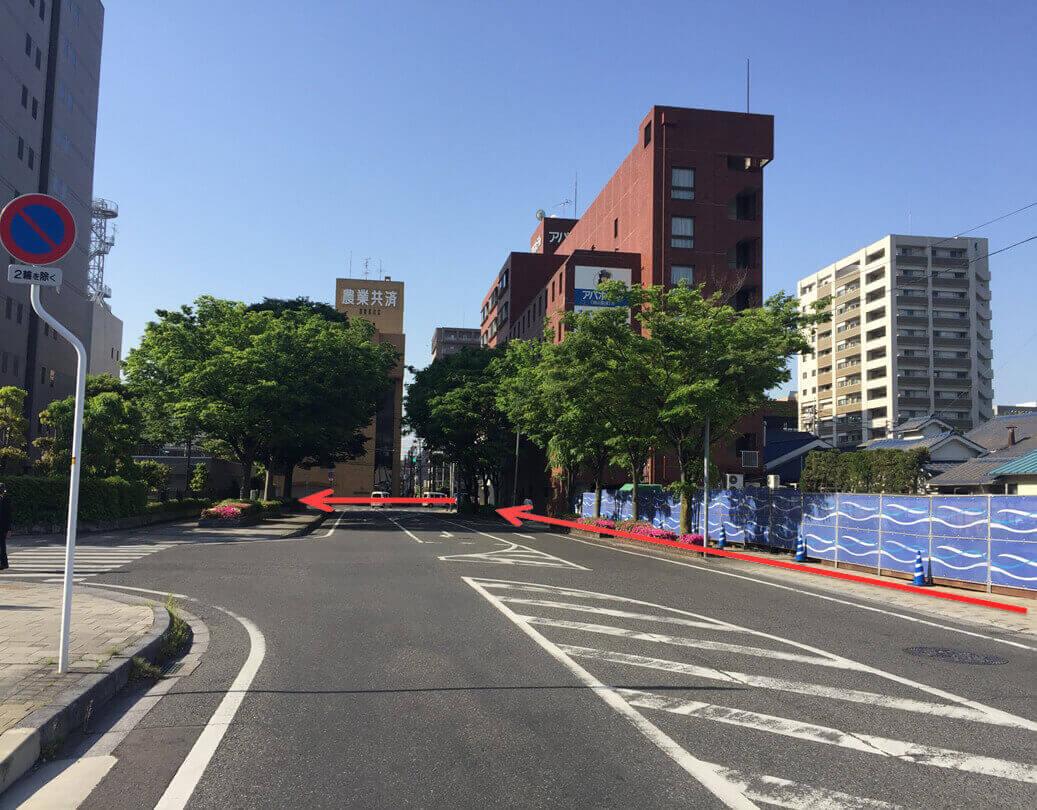 直進いただき、赤レンガの建物「アパホテル」の前まで進んだら左折して下さい。