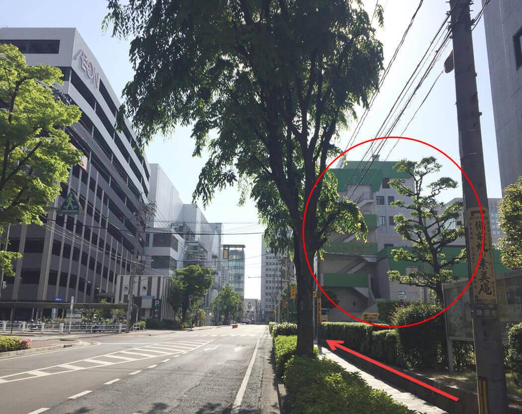 直進いただくと、右手に「ピュアリティまきび」の建物が見えます。