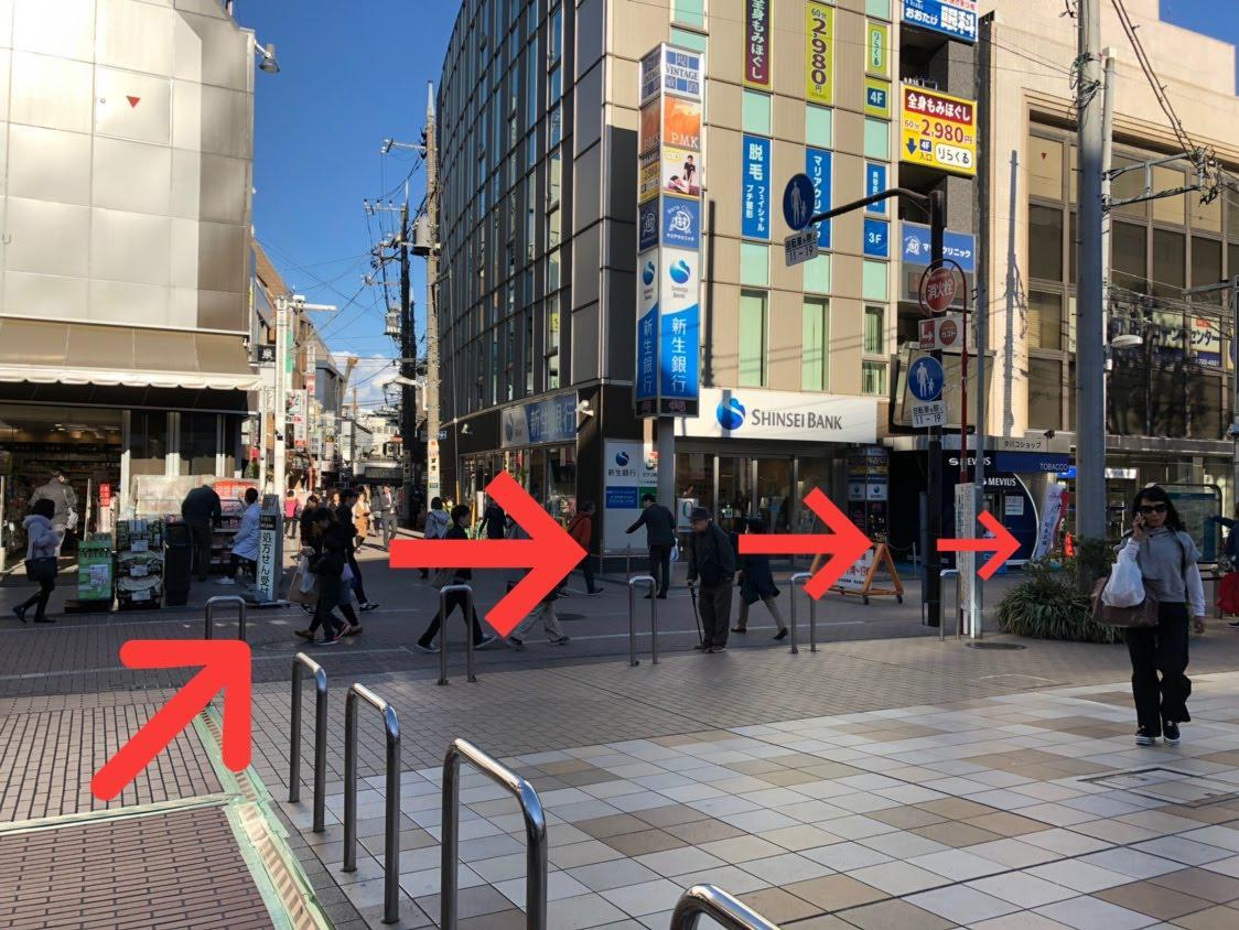 階段を登り終えたら、斜め右、新生銀行の前を通ってください。