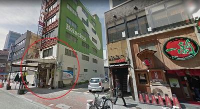 まっすぐ進んでいただくと右手に 「一蘭」というラーメン屋さんが見えてきますので、 その一つ奥の店舗が会場になります。