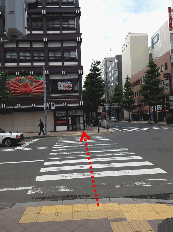 横断歩道を渡り右折します。