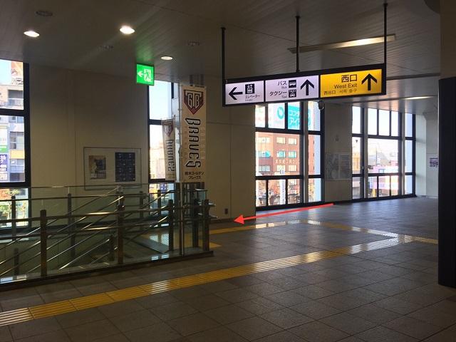 JR小山駅の改札を出たら西口へ進み、 左側の階段を降ります。
