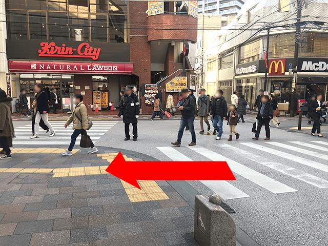 右手{red}「マクドナルド」{/red}正面に{red}「キリンシティ」{/red}の十字路を左へ