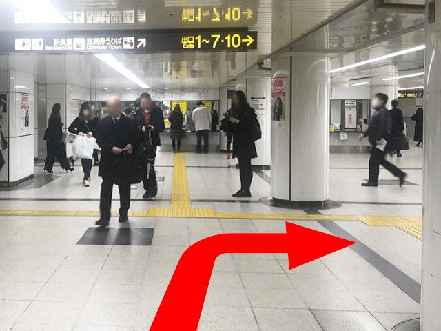 地下鉄東山線・中改札を出て、右側へ直進します