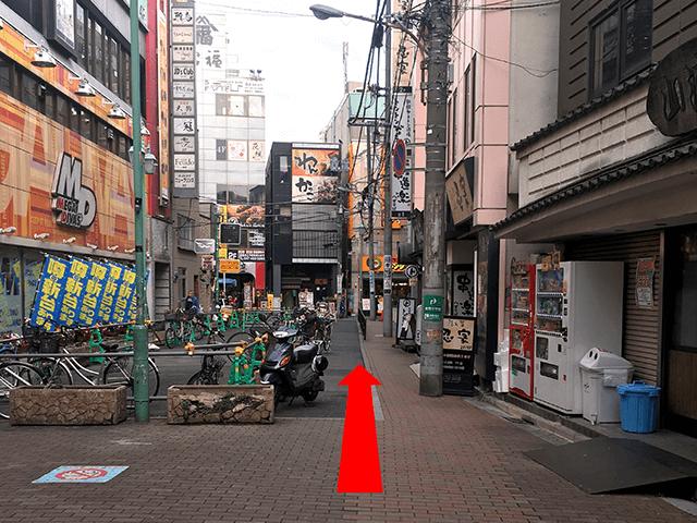 こちらの道を直進してください。 来た道を背にしていただき、《MEGA DIVAS》の斜め右手が会場入り口です。