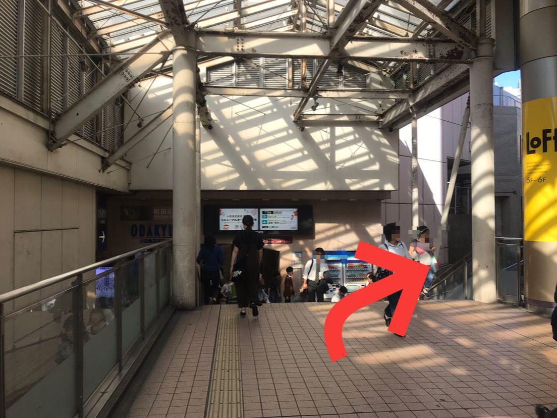 小田急線町田駅の改札方面へは行かず斜め右方向へ進んで下さい。