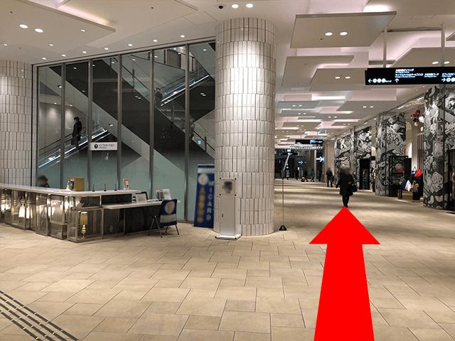 総合受付横を直進していただき、地下アクセス案内同様に ライフスタイルサービスフロアのエレベーターホールまでお進み下さい