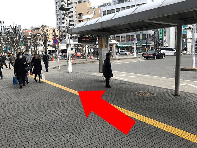 駅構内を出たら、バス停横を直進し、写真奥の{red}「ファミリーマート本川越駅前店」{/red}へ目指す。