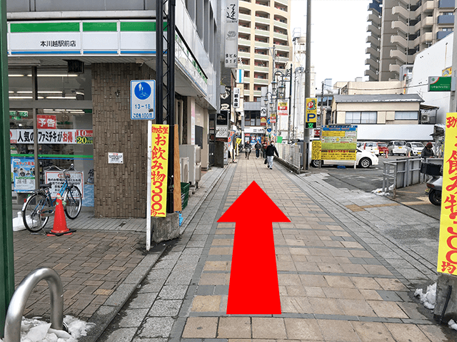 ファミリーマート横の道路を直進してください。