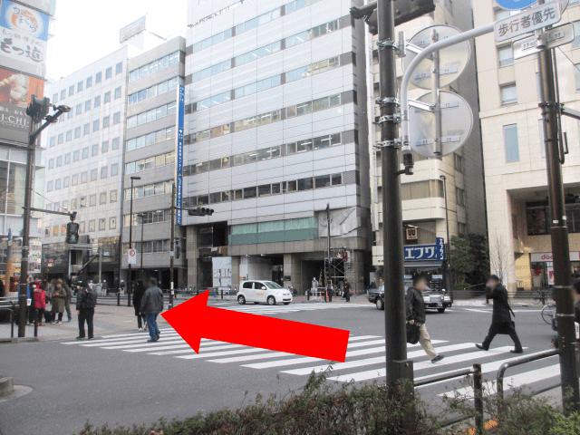 駅構内から直進後、{red}「一番最初の交差点」{/red}を渡って直進してください。