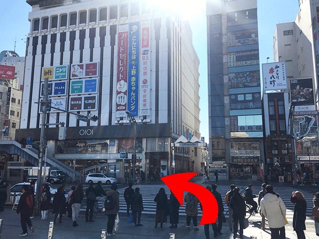 横断歩道を渡って左手に曲がってください。 上野マルイの3階に会場があります。