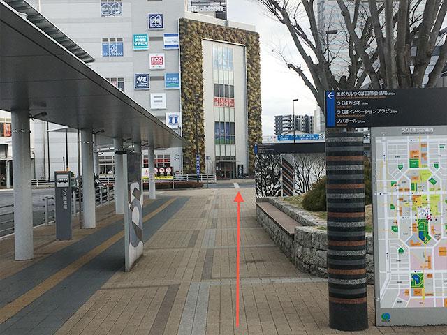 駅前広場A4出口を背にRight-on方面に横断歩道を渡って直進します。