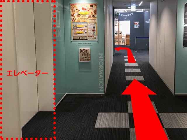 エレベターホールには左右に、店舗に繋がる入口がございます 画像のグレーのテナント様を目指して左側へ曲がって下さい