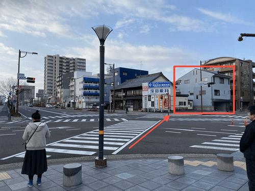 「岐阜駅南」スクランブル交差点を斜めに渡ります。赤い四角で囲われている、青いビルの1Fが会場です。