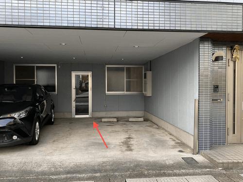 1F正面入口よりお入りください。 ※手前2台の駐車場は使用できません。