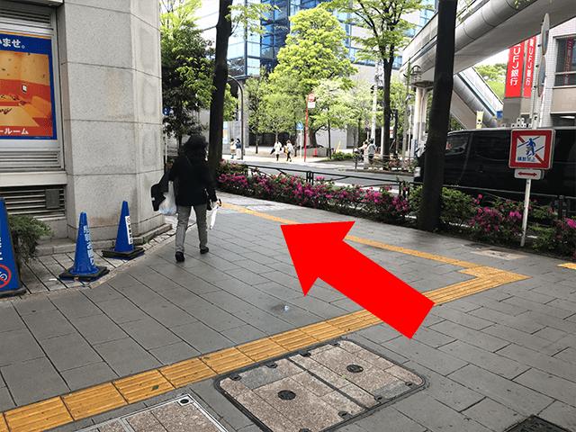 こちら道なりに左へ進んでください。